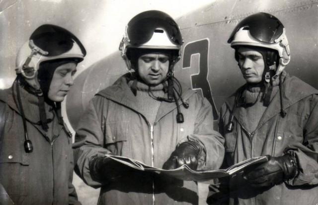 Maiorul Danse (in mijloc) a intrat in manualul de instructie