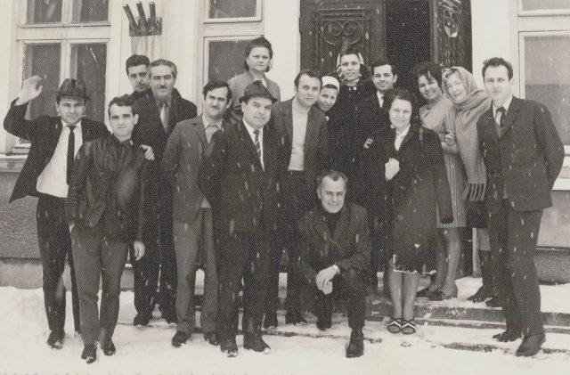 Era în buna tradiţie a ziarului de a-şi aniversa colegii la împlinirea unei vârste ori la sărbătorirea numelui: Nicolae Cosma, secretar de redacţie, la 45 de ani (în poziţie aplecat), alături de redactorul şef Dumitru Mitulescu. Evenimentul aniversar se producea pe 31 ianuarie 1972.