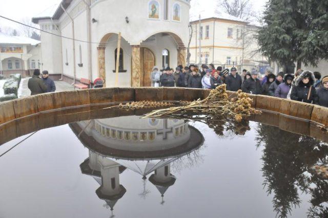 Butoiul cu apa in asteptarea slujbei de sfintire la biserica Sf Apostoli Petru si Pavel din parcul Cancicov