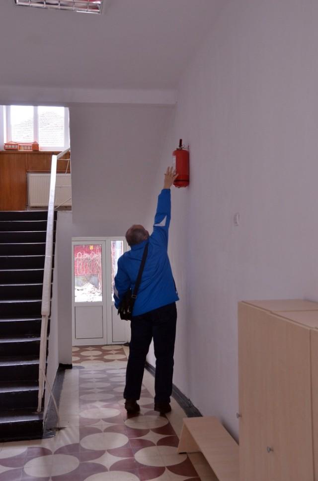 Extintoarele au fost montate la peste 2 m inaltime
