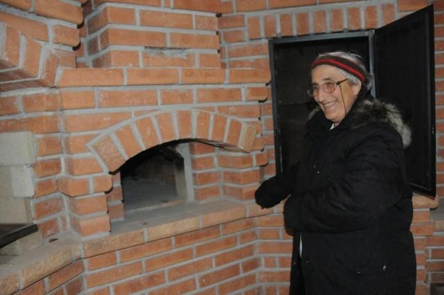 Amintirea vechiului cuptor de pâine revine chiar si in fata cuptoarelor moderne de astazi (Foto: Ioan Bisca)