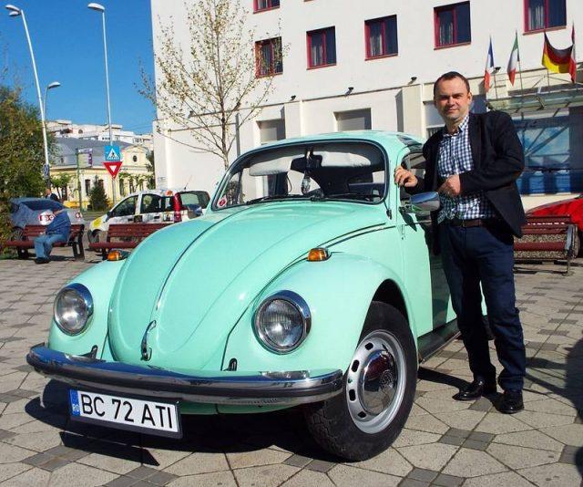 Medicul Ovidiu Bibire, mândru de Volkswagen-ul din 1969 (Foto: Petru Done)