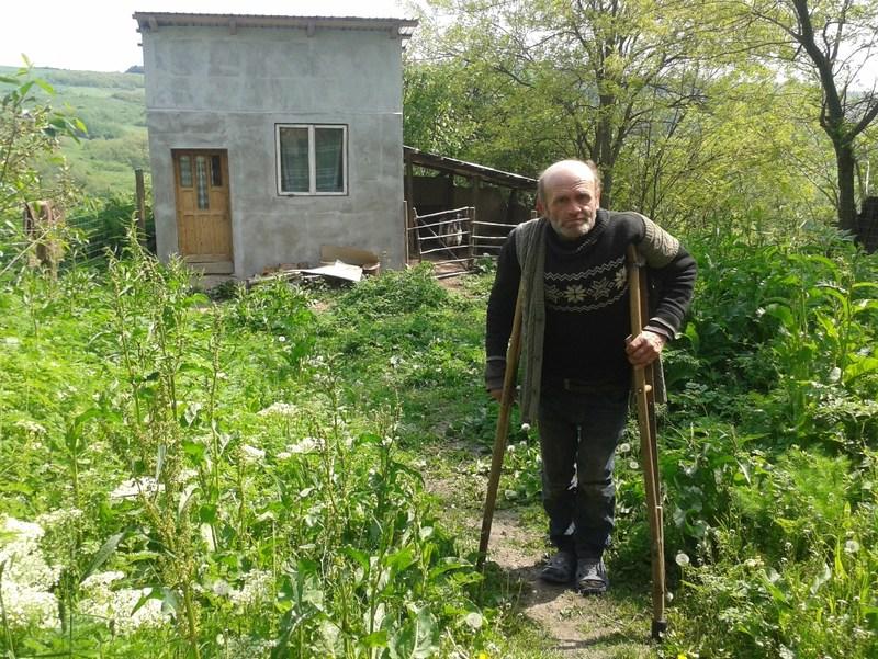 Vasile Lungu se deplaseaza doar cu ajutorul cârjelor