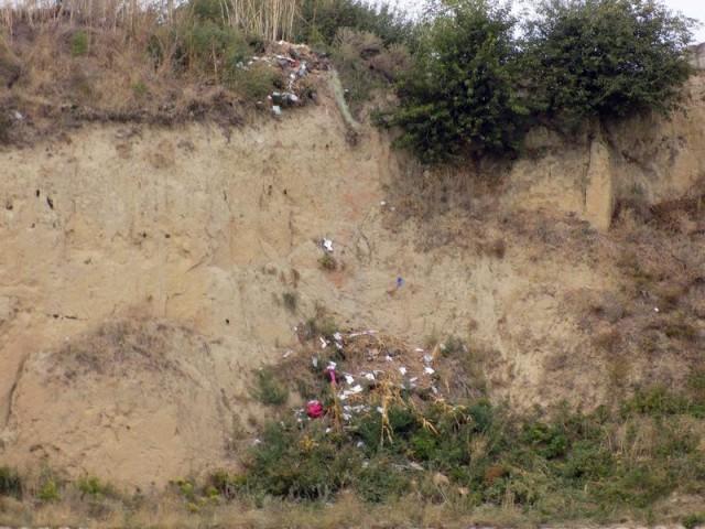 Malurile lacurilor sunt depozite de gunoaie / FOTO: CRE Bacau