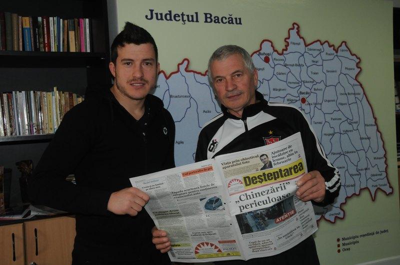 Gabriel Sava, împreună cu tatăl său, în vizită la redacția Deșteptării. Foto: Ioan Bîșcă